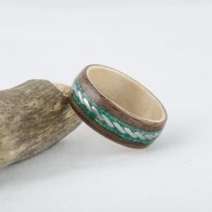 Orzech i klon. Zdobiony stalowym wzorem oraz malachitem i zielonym turkusem