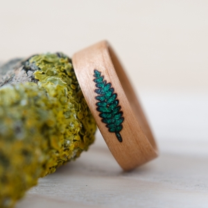 Czereśnia zdobiona gałązką paproci z malachitu.